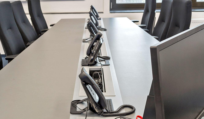 JST - Autorisierte Stelle Digitalfunk Niedersachsen: Anschlussfelder für Notebooks und andere Geräte im Konferenztisch integriert