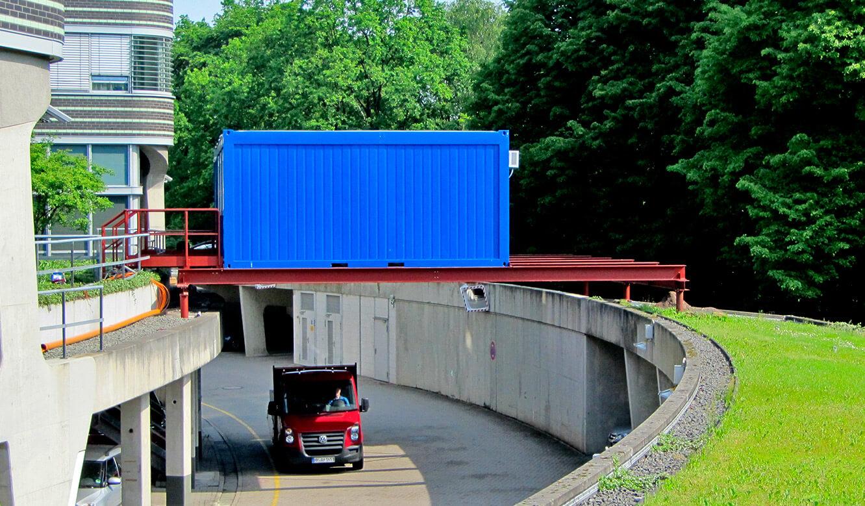 JST - Polizei Hamburg: Verkehrsleitzentrale. Umbau. Bürocontainer auf einer Stahlkonstruktion
