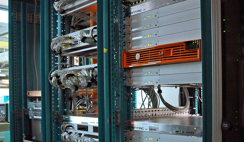 JST-Helmholtz-Zentrum-Berlin: Leitwarte. Rechner in einen angrenzenden Technikraum ausgelagert