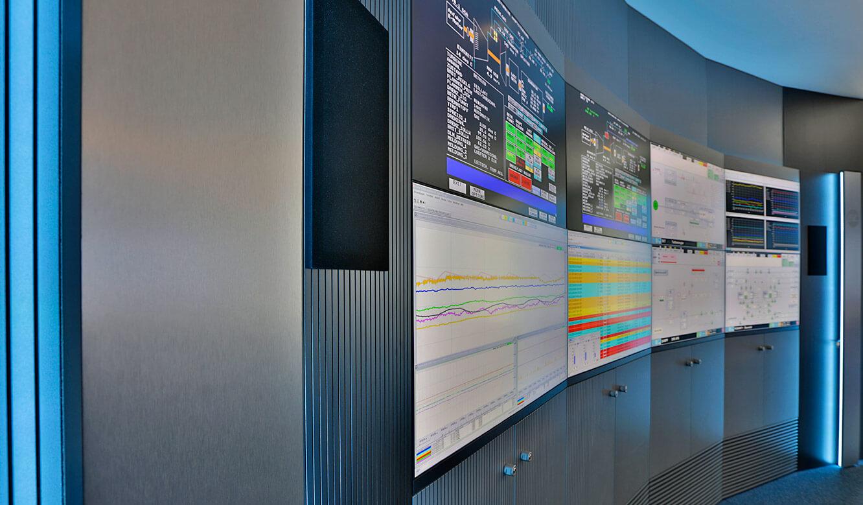 JST-InfraLeuna: eine der DisplayWalls. Hier 8 x Typ 46 Zoll UltraSlimLine eingebettet in die Schränke