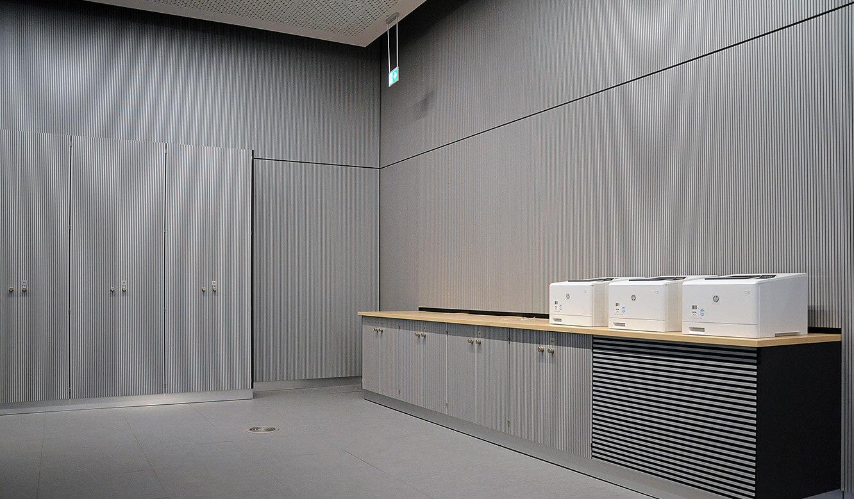 JST - PCK Schwedt: schallabsorbierendes Material an Schränken und Wänden sorgt für ruhige Atmosphäre
