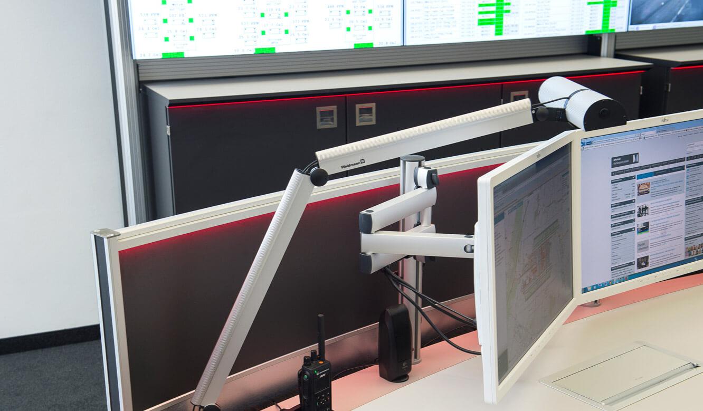 JST-Flughafen-München: Arbeitsplätze in der Leitwarte mit AmbientLight-Beleuchtung