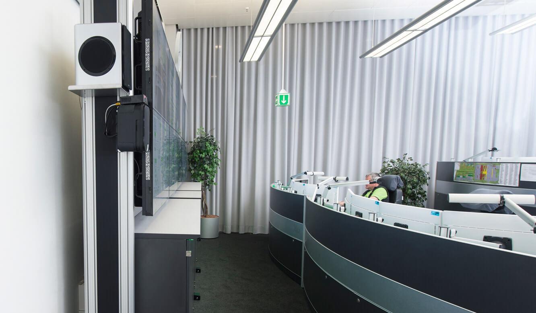 JST-Flughafen-München: Display-Rack mit Rollenkufen ist frei im Raum beweglich