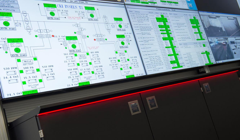 JST-Flughafen-München: Medienboard unter der DisplayWall bietet Stauraum