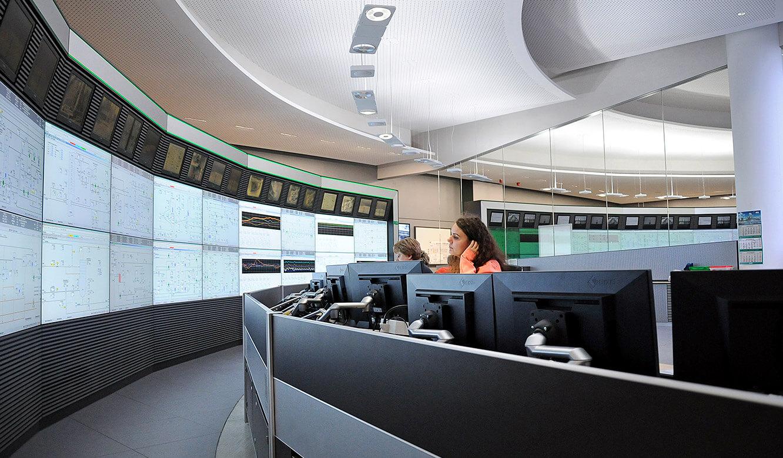 JST - PCK Schwedt: Arbeitsplätze in der Messwarte mit Blick auf die Großbildleinwand