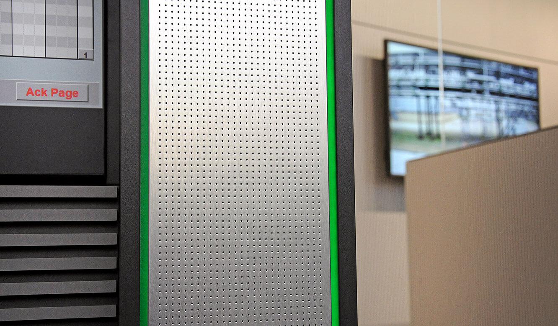 JST - PCK Schwedt: Großbildleinwand mit Akustik-Material, AlarmLight und verdeckter Klimatisierung