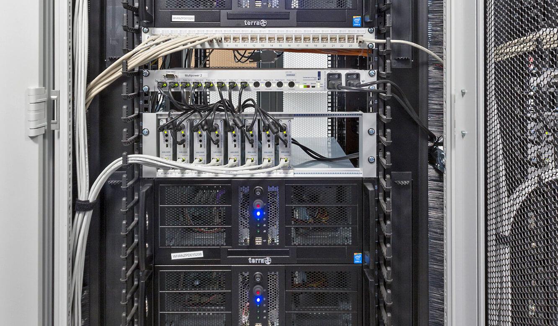 JST - Autorisierte Stelle Digitalfunk Niedersachsen: Grabber und Power-Unit im Technikraum