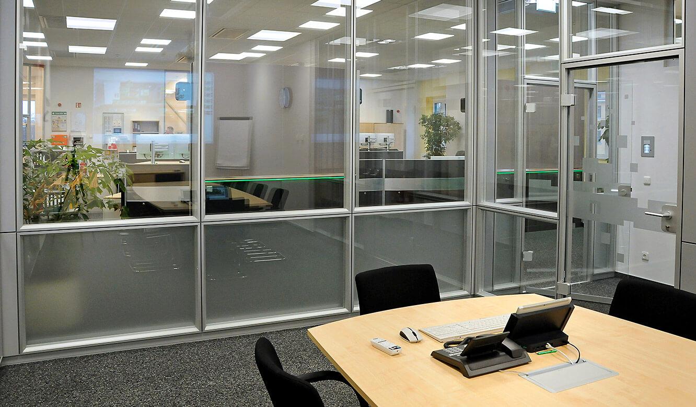 JST-DREWAG: Blick vom Meetingraum in die Leitwarte