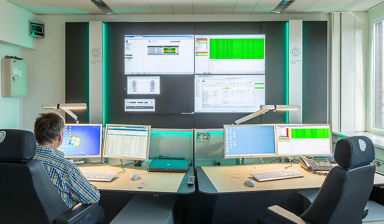 JST Dataport Leitstellentische vor der Großbildwand in Sitzhöhe