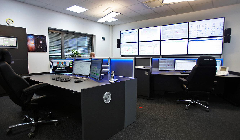 JST-Roche: Perfekter Blick von den Arbeitsplätzen auf die Großbildwand