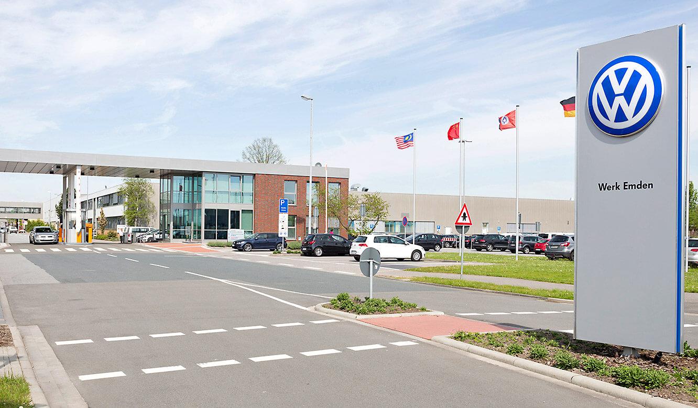 JST - Volkswagen Emden: Einfahrt zum Werk in Emden