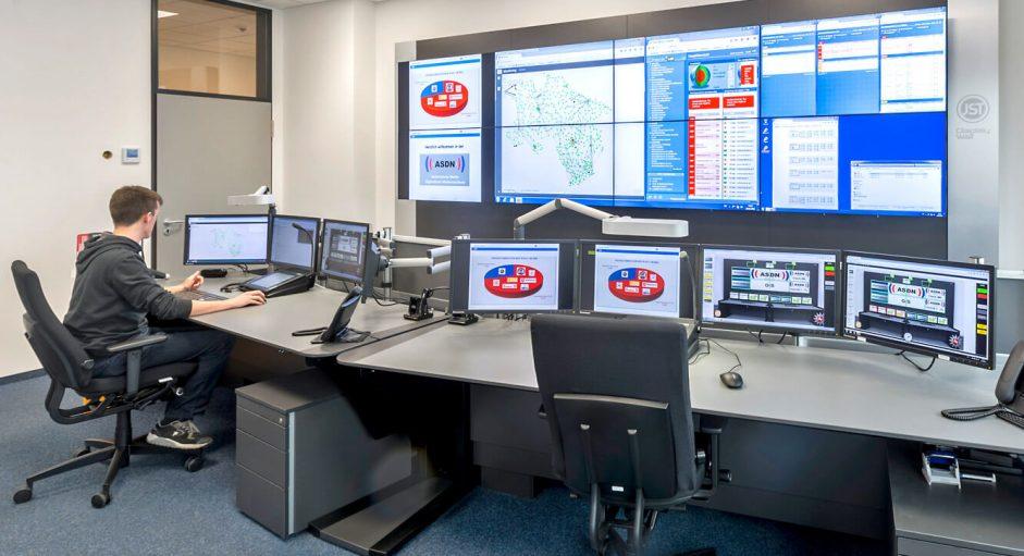 JST - Autorisierte Stelle Digitalfunk Niedersachsen: Stratos Operator-Tisch in Sitzhöhe