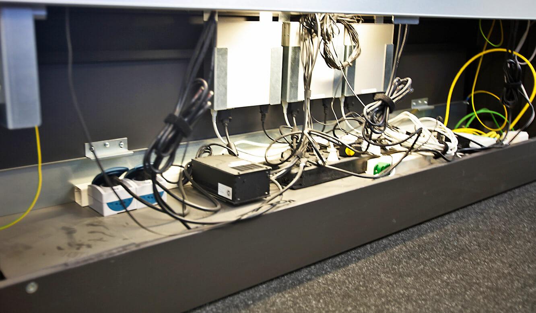 JST-Roche: Empfänger für das MultiConsoling sind im Versorgungsraum der Arbeitstische untergebracht