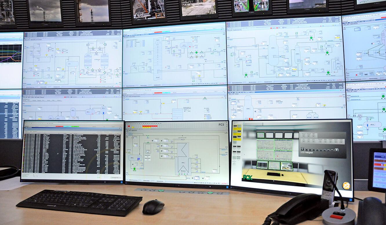 JST - PCK Schwedt: Arbeitsplatz mit drei Monitoren vor der Großbildleinwand