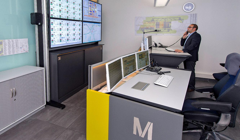 JST-Flughafen München: steh-höhenverstellung am Stratos CommandDesk