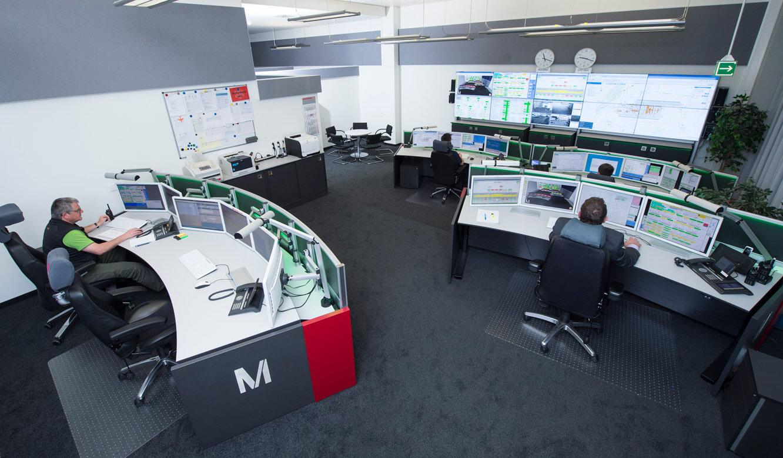 JST-Flughafen-Muenchen: Arbeitsplätze und Großbildwand in der Technik-Leitwarte