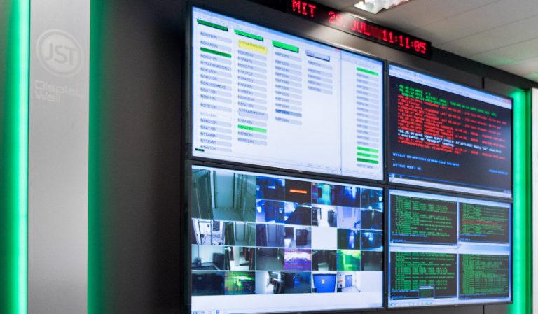 JST-HSBC-Displaywall mit AbientLight-Beleuchtung