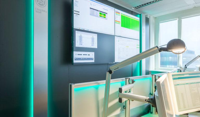 JST Dataport Design Beleuchtung der Großbildwand und 3D Monitor Gelenkarme an den Arbeitsplätzen