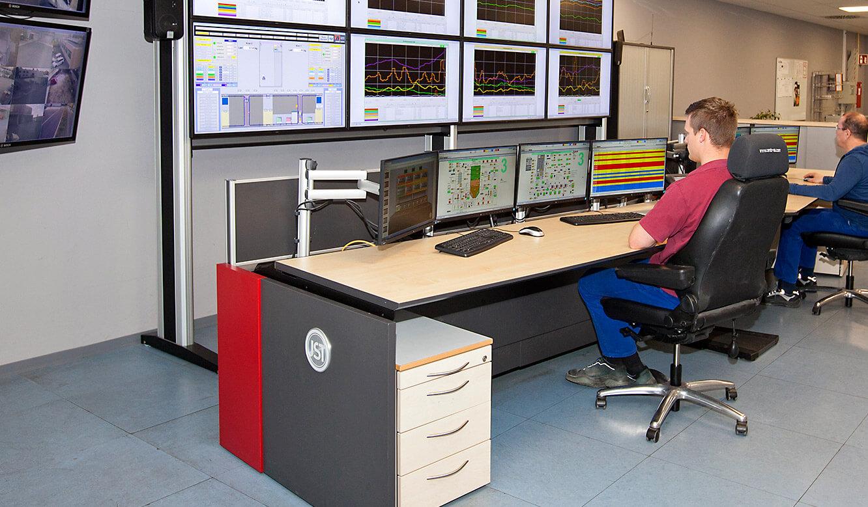 JST-MVA-Bonn: Operator-Arbeitsplätze vor der Großbildwand