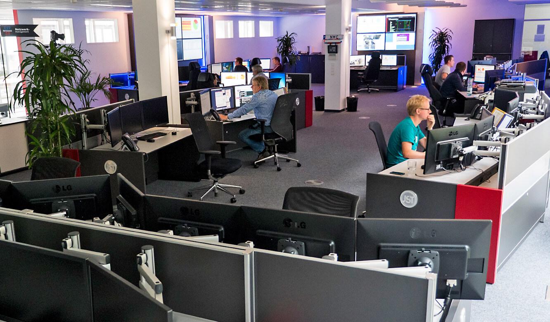 JST-Netcologne: ergonomische Arbeitsplätze mit Jungmann Operator-Tischen im Leitstand