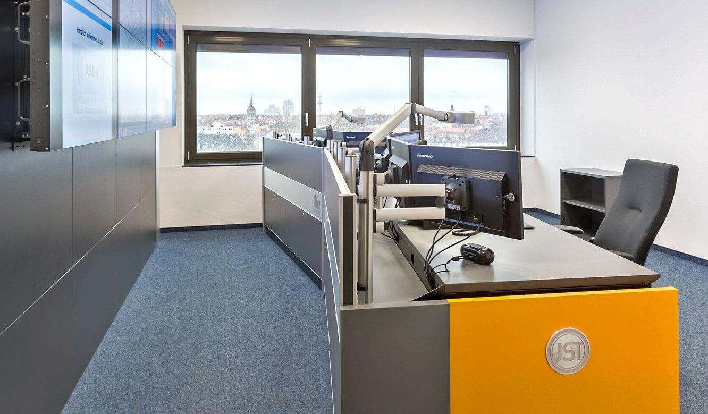 JST - Autorisierte Stelle Digitalfunk Niedersachsen: optimaler Blickwinkel vom Arbeitsplatz zur Großbildwand