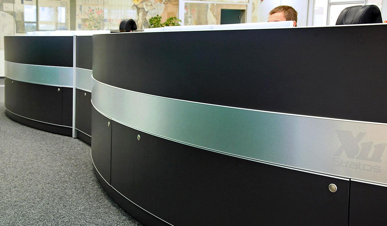 JST-DREWAG: Leitstand-Tische mit integriertem Versorgungsraum