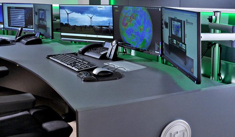 JST-Notus: moderner Arbeitsplatz am Stratos Operator-Tisch