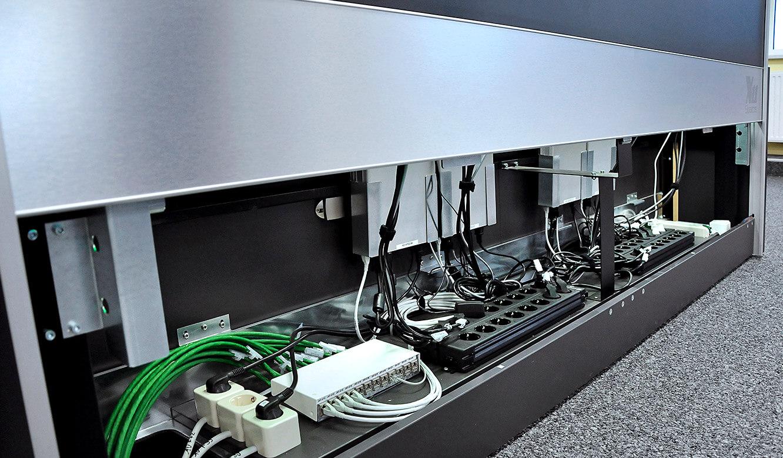 JST-DREWAG: Platz für Kabel und Hardware im Versorgungsraum der Leitstandtische