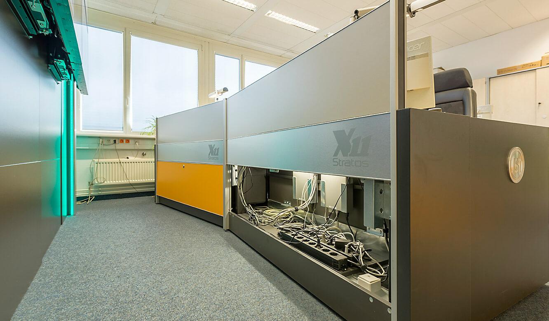 JST Dataport Kontrollraumtisch mit geöffneter Revisionsklappe bietet Platz für große Kabelmengen