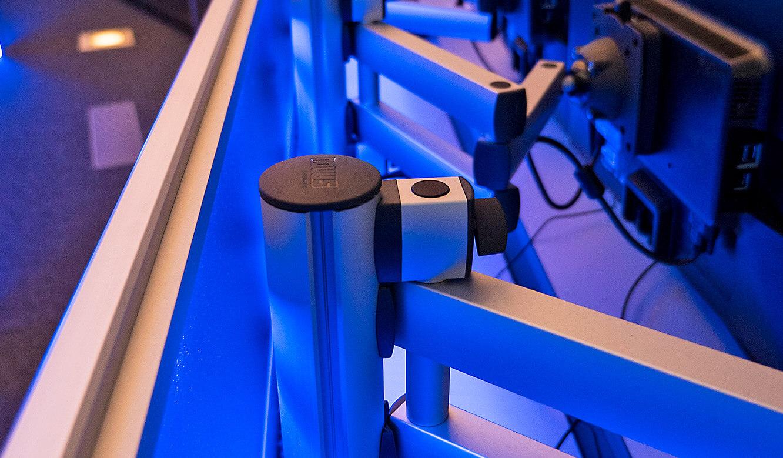 JST-Netcologne: höhenverstellbare 3D-Gelenkarme ermöglichen optimalen Blickwinkel auf die Monitore am Arbeitsplatz