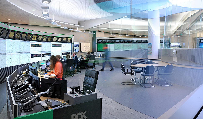 JST - PCK Schwedt: Blick durch entspiegelte Glasscheibe in einen neuen Fahrstand