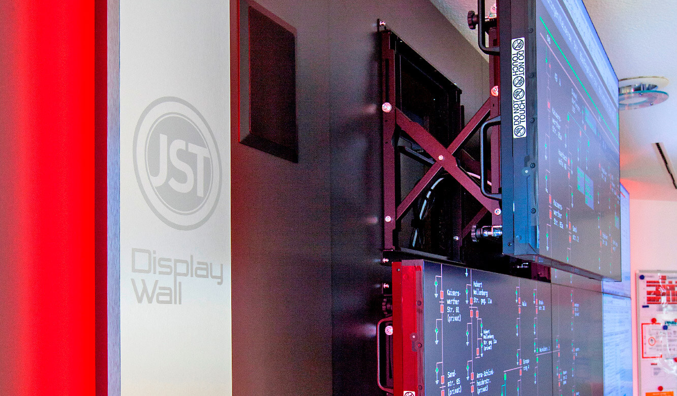 JST - Ratingen Public Utility Company: Large screen wall with QuickOut mounting system
