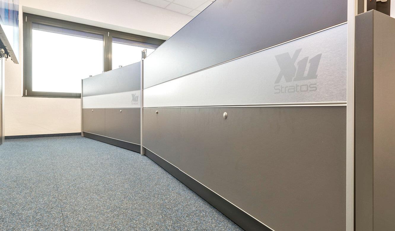 JST - Autorisierte Stelle Digitalfunk Niedersachsen: Leitstandtisch mit Versorgungsraum, geschlossen