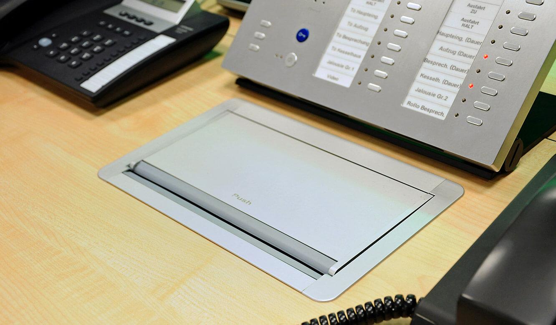 JST-DREWAG: Power-Port-Data-Box flächenbündig in die Tischplatte eingelassen