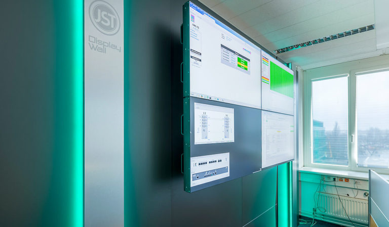 JST Dataport Displaywall mit Beleuchtung und vier Großbilddisplays mit ultraschmalen Rahmen