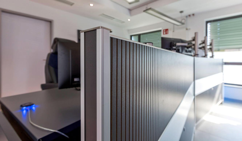 JST-Niedersächsische Wach- und Schließgesellschaft: schallabsorbierende Akustik-Panele am Operator-Tisch