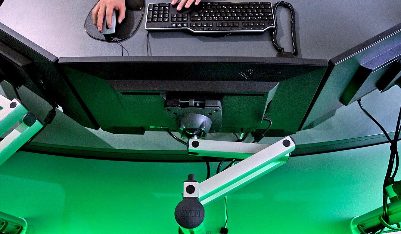 JST-Notus: parabolische Monitoranordung am Arbeitsplatz