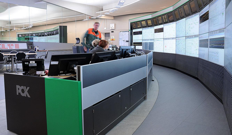 JST - PCK Schwedt: Blick auf die Monitore der Großbildleinwand mit optimierter Sichtachse