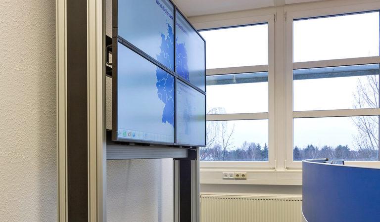 JST-SAG-Berlin: mobiles Rack für Großbild-Displays