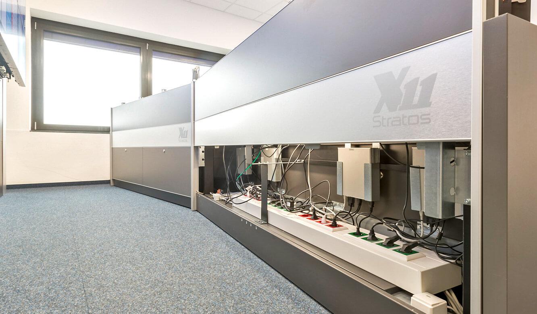 JST - Autorisierte Stelle Digitalfunk Niedersachsen: Leitstandtisch mit Versorgungsraum, geöffnet