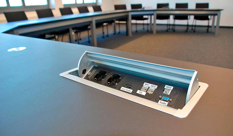 JST Referenzen - Siemens: Leitwartentische. Power-Port-Data-Box flächenbündig in den Konferenztisch integriert