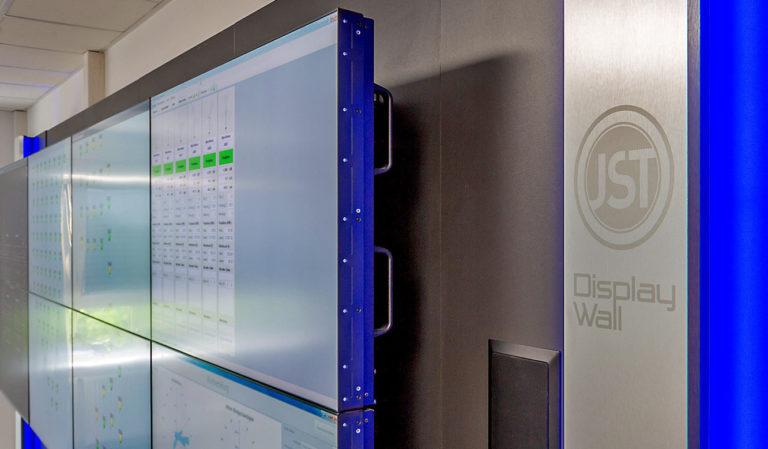 JST-Adwen: Großbildwand mit Designstreifen aus gebürstetem Aluminium und flächenbündigem Lautsprecher