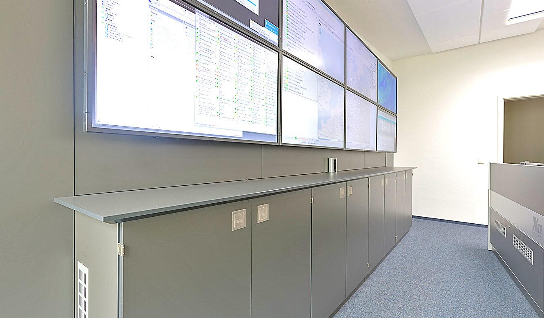 JST-Deutsche Windtechnik: Display-Wall bietet übersichtliche Informationen für das ganze Team