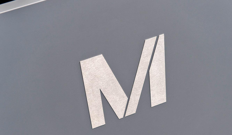 JST-Flughafen München: Leitwartentisch mit Logo aus gebürstetem Edelstahl