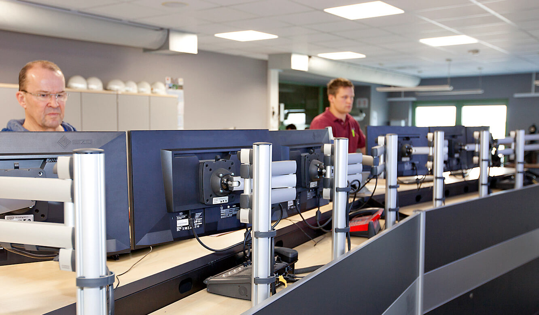 JST-MVA-Bonn: höhenverstellbare 3D-Gelenkarme an den Leitstellen-Tischen