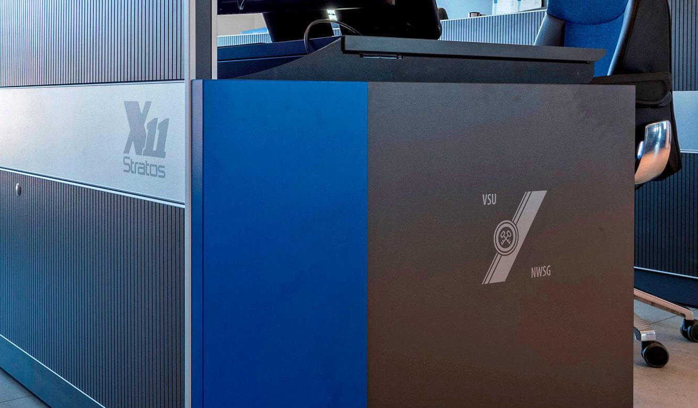 JST-Niedersächsische Wach- und Schließgesellschaft: Operator-Tisch durch Kundenlogo individualisiert