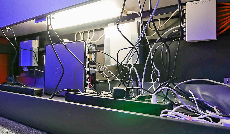 JST-Netcologne: großzügiger und beleuchteter Versorgungsraum im Operator-Arbeitstisch