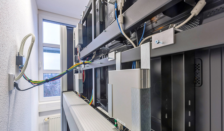 JST-SAG-Berlin: rückwärtige Ansicht des Display-Racks mit MultiConsoling-Empfängern