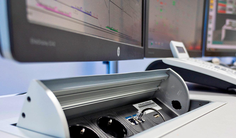 JST-Siemens Wegberg: Power-Port-Data-Box in die Arbeitstisch-Platte integriert