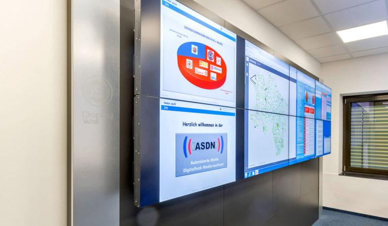 JST - Autorisierte Stelle Digitalfunk Niedersachsen: Large screen wall with eight displays